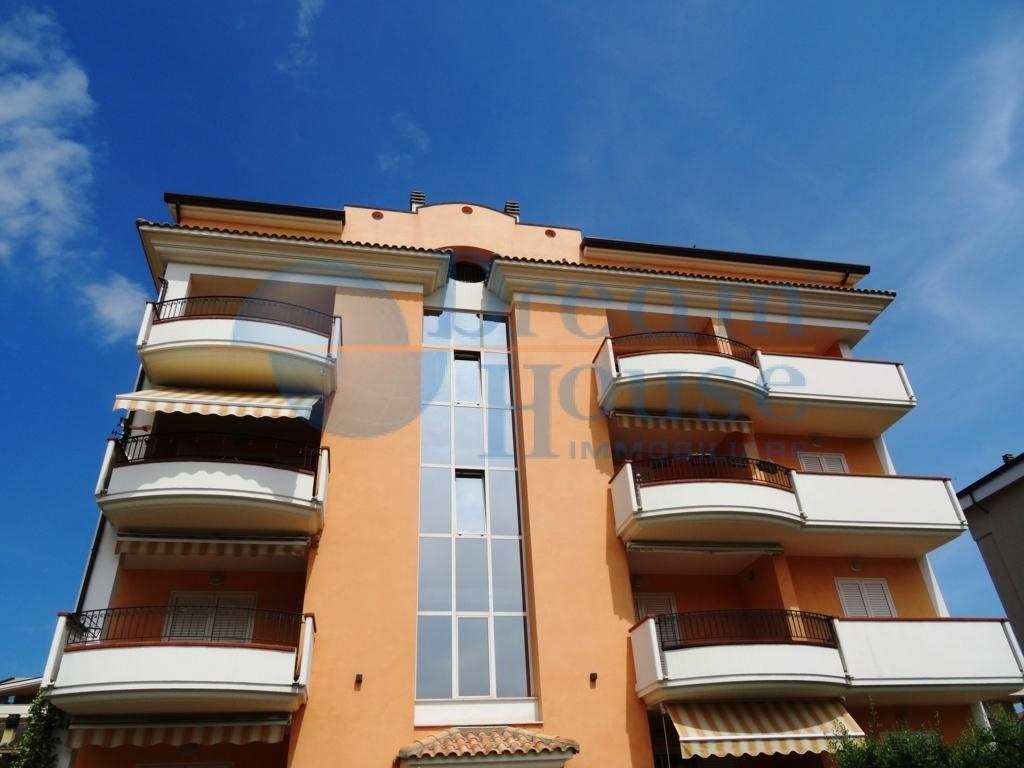 Attico / Mansarda in vendita a Tortoreto, 5 locali, zona Località: TORTORETOLIDO, prezzo € 230.000 | CambioCasa.it
