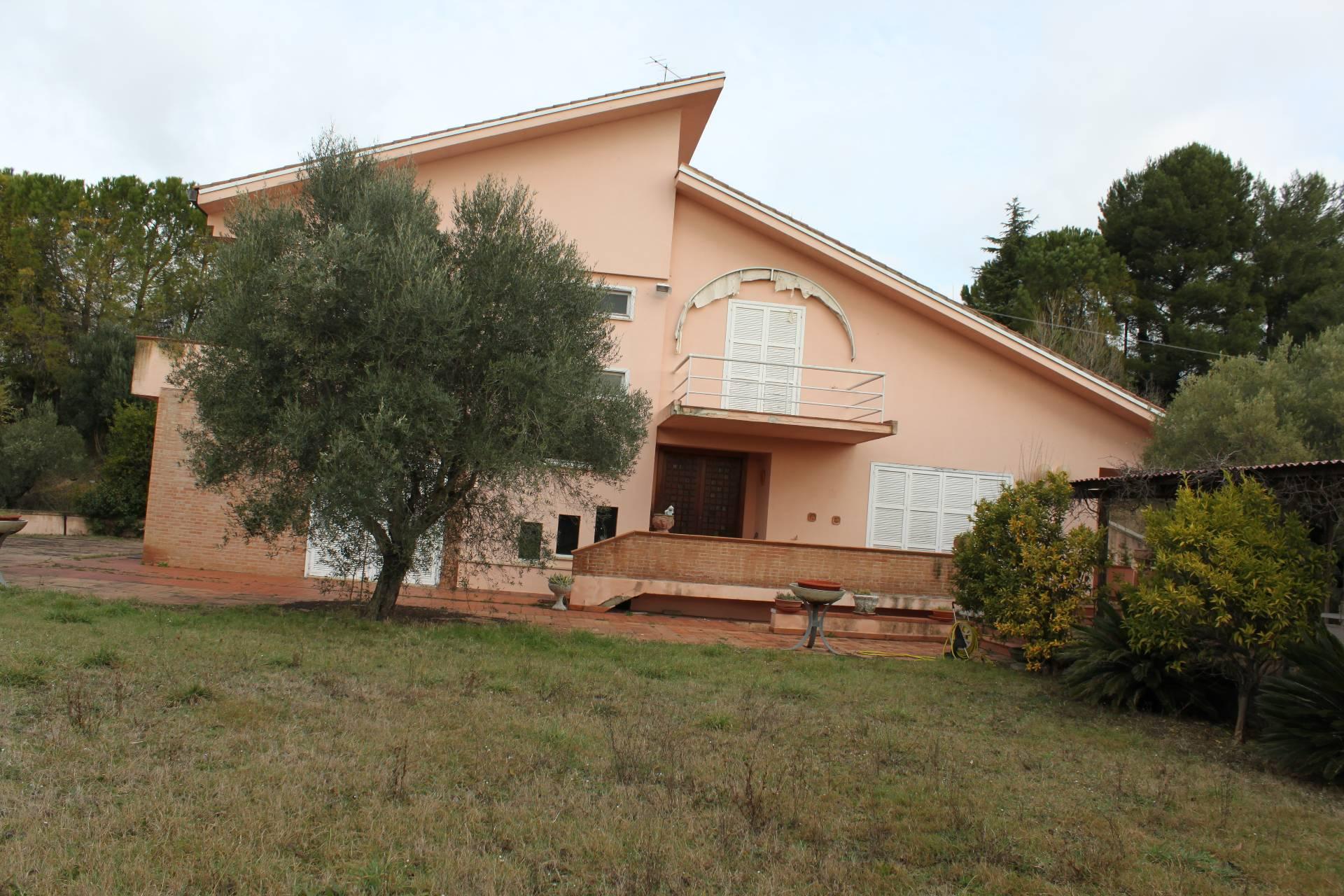 Villa in vendita a Montecassiano, 12 locali, prezzo € 400.000 | CambioCasa.it