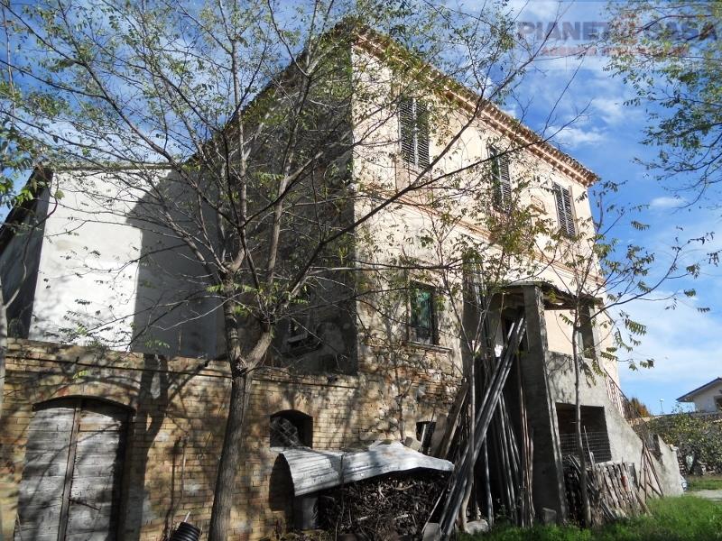 Rustico / Casale in vendita a Sant'Omero, 20 locali, prezzo € 130.000 | CambioCasa.it