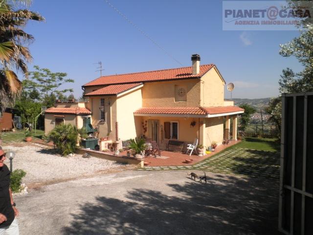 Rustico / Casale in vendita a Colonnella, 6 locali, prezzo € 250.000 | CambioCasa.it