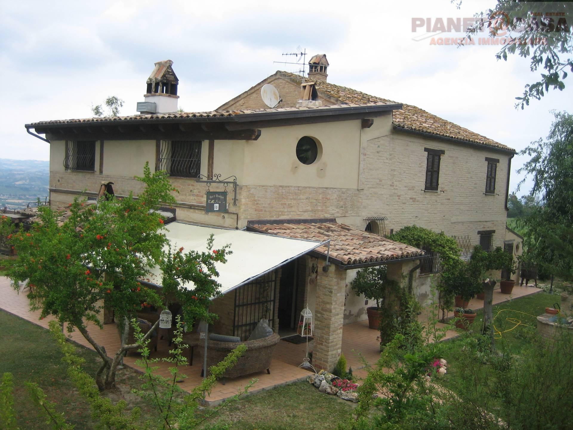 Rustico / Casale in vendita a Ancarano, 9 locali, prezzo € 380.000 | CambioCasa.it