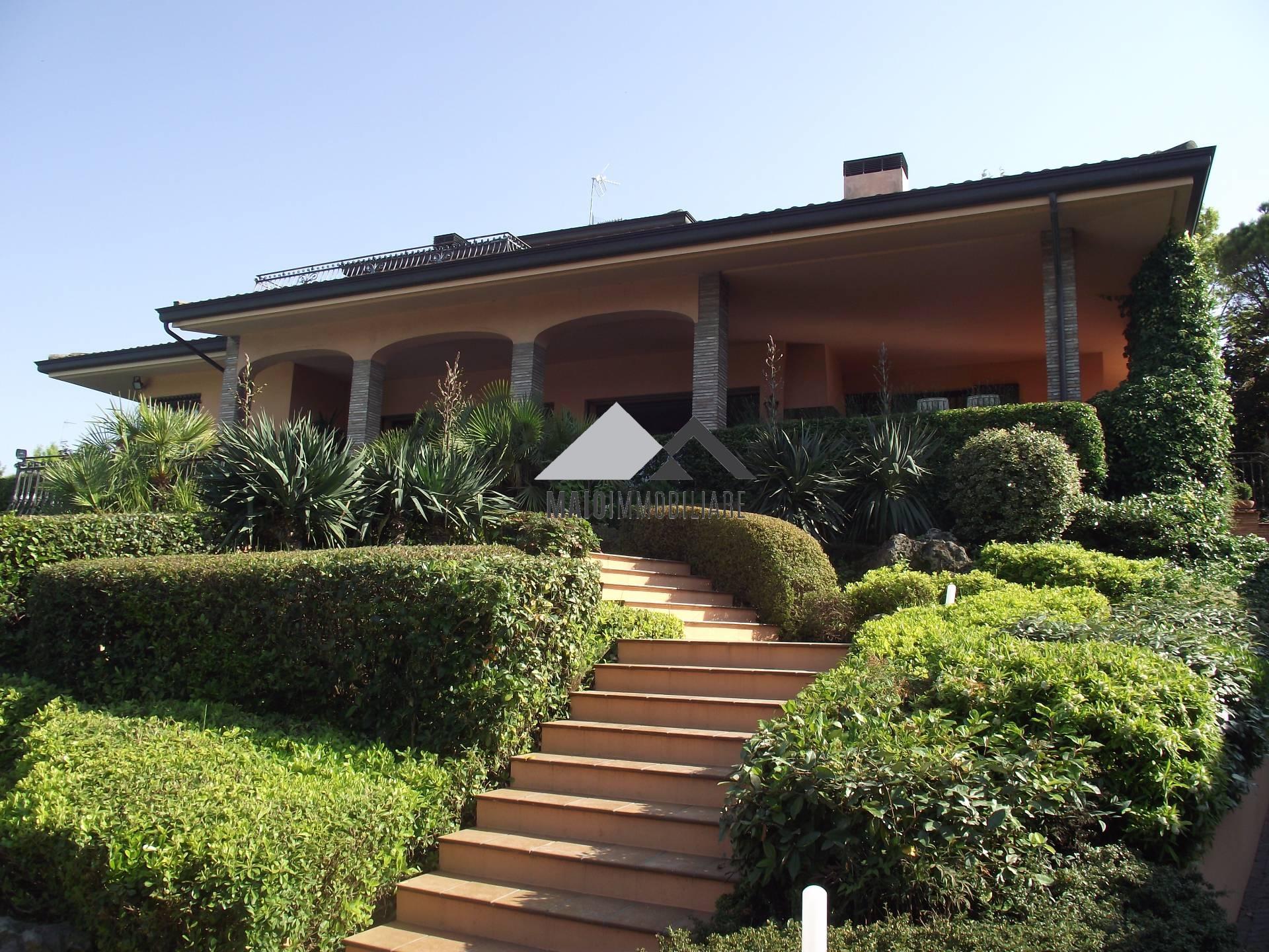 Villa in vendita a Riccione, 8 locali, zona Località: COLLEDEIPINI, Trattative riservate | CambioCasa.it