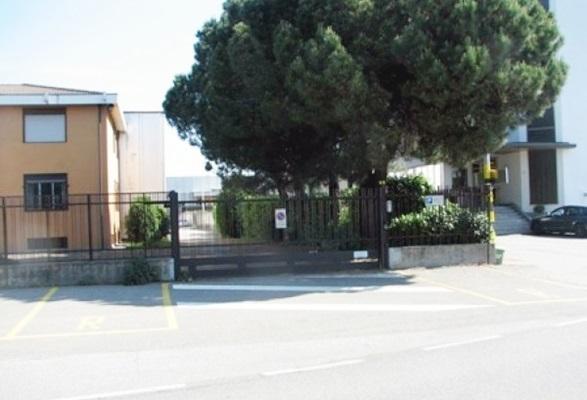 Capannone in affitto a Cardano al Campo, 9999 locali, prezzo € 2.500 | CambioCasa.it
