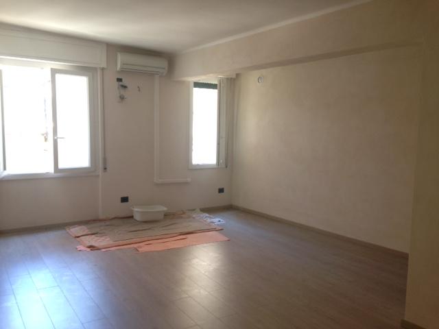Ufficio / Studio in affitto a Imperia, 2 locali, zona Località: Onegliacentro, prezzo € 500 | Cambio Casa.it