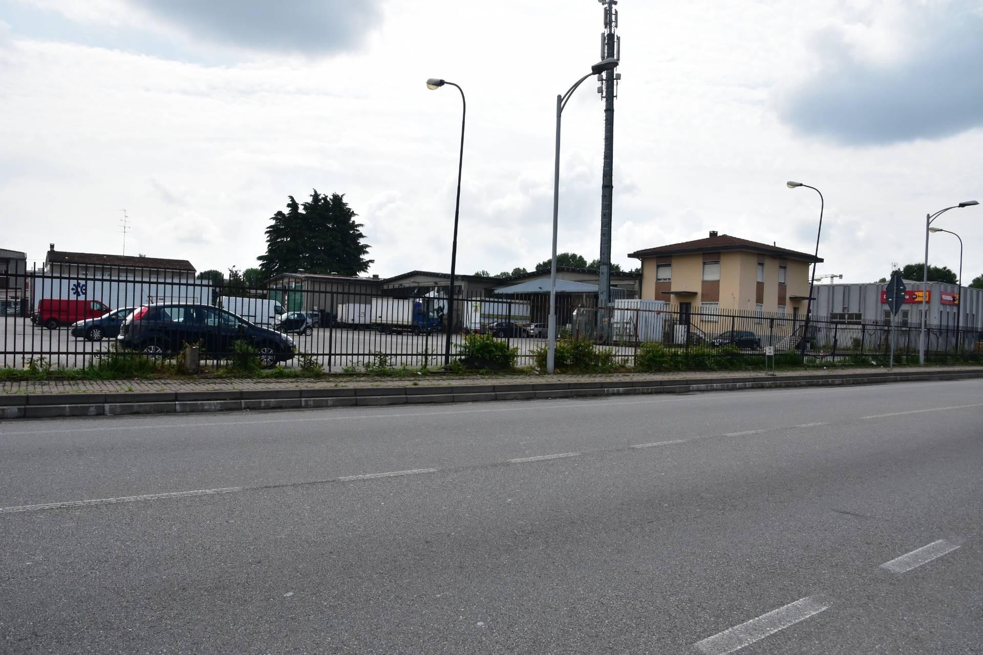 Capannone in Vendita a Rozzano: 7300 mq
