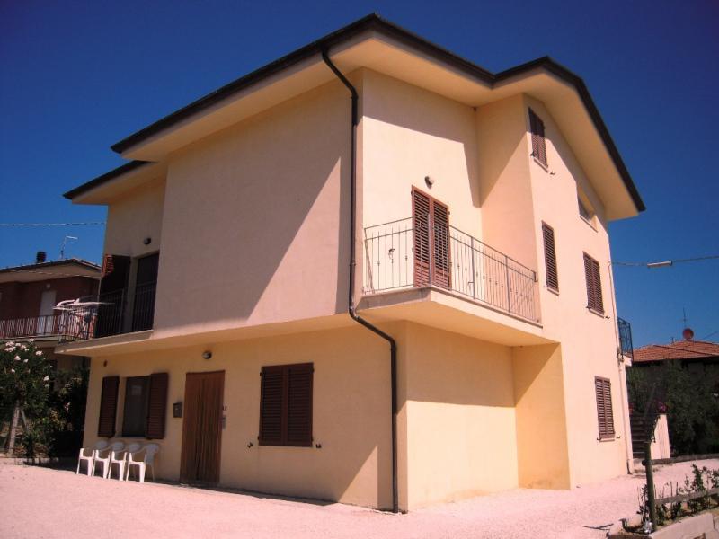 Soluzione Indipendente in vendita a Montegiorgio, 10 locali, prezzo € 290.000 | CambioCasa.it
