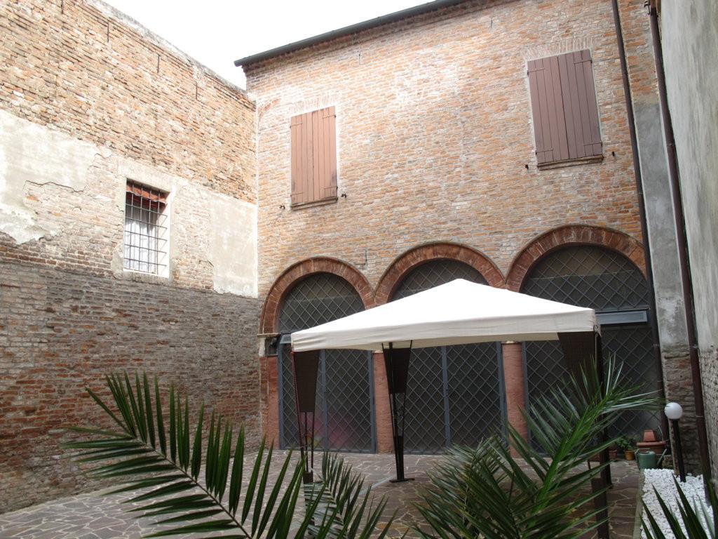 Soluzione Indipendente in vendita a Ferrara, 8 locali, zona Località: Centrostorico, prezzo € 485.000 | CambioCasa.it