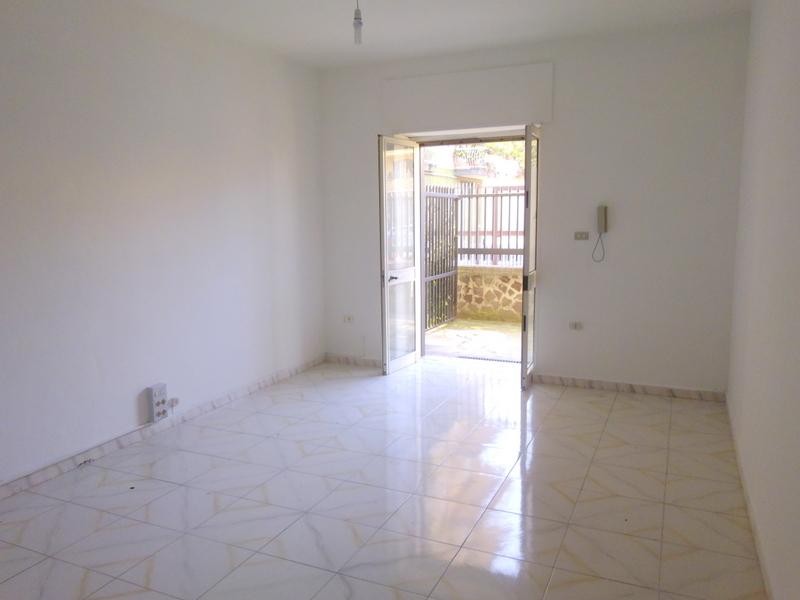Negozio / Locale in affitto a San Prisco, 9999 locali, prezzo € 400 | CambioCasa.it