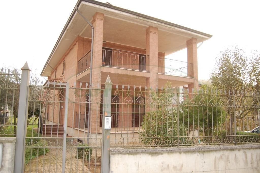 Villa in vendita a Contrada, 6 locali, prezzo € 175.000   CambioCasa.it