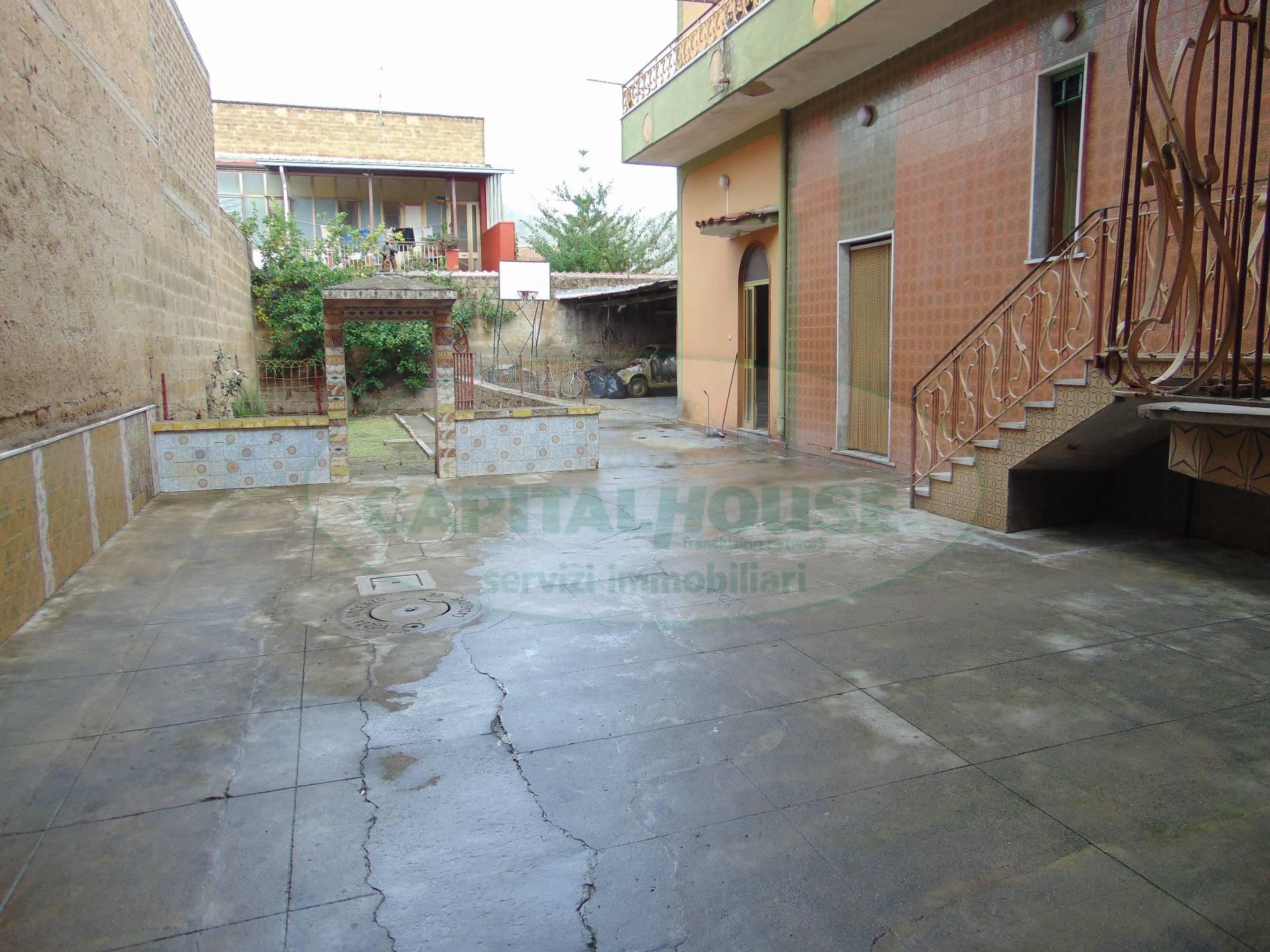 Soluzione Indipendente in vendita a San Prisco, 8 locali, zona Località: ZonaCentrale, prezzo € 145.000 | CambioCasa.it