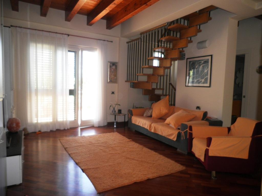 Villa in vendita a Gaeta, 4 locali, zona Località: Maresca, prezzo € 395.000 | CambioCasa.it