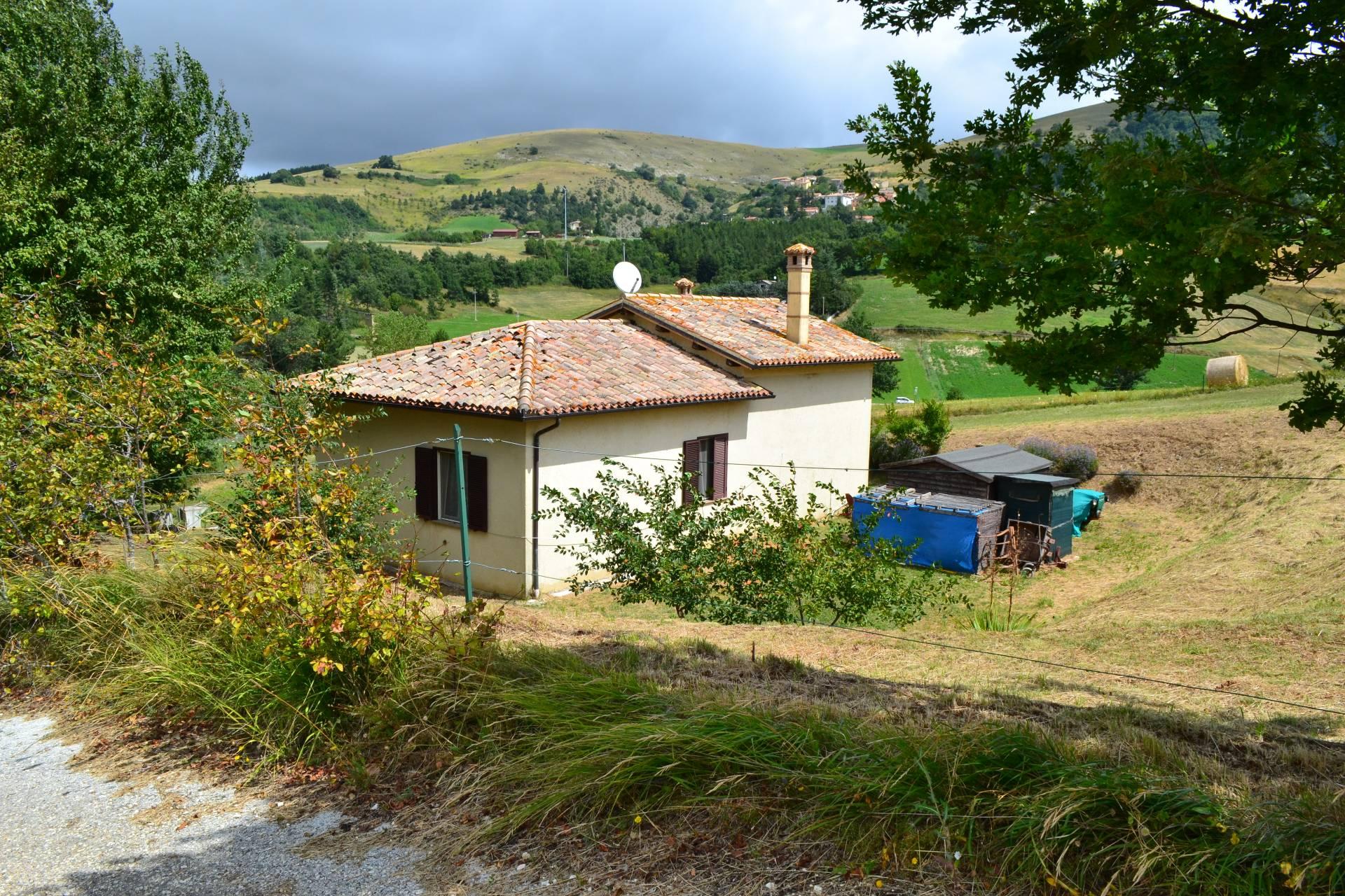 Soluzione Indipendente in vendita a Serravalle di Chienti, 5 locali, prezzo € 145.000 | Cambio Casa.it