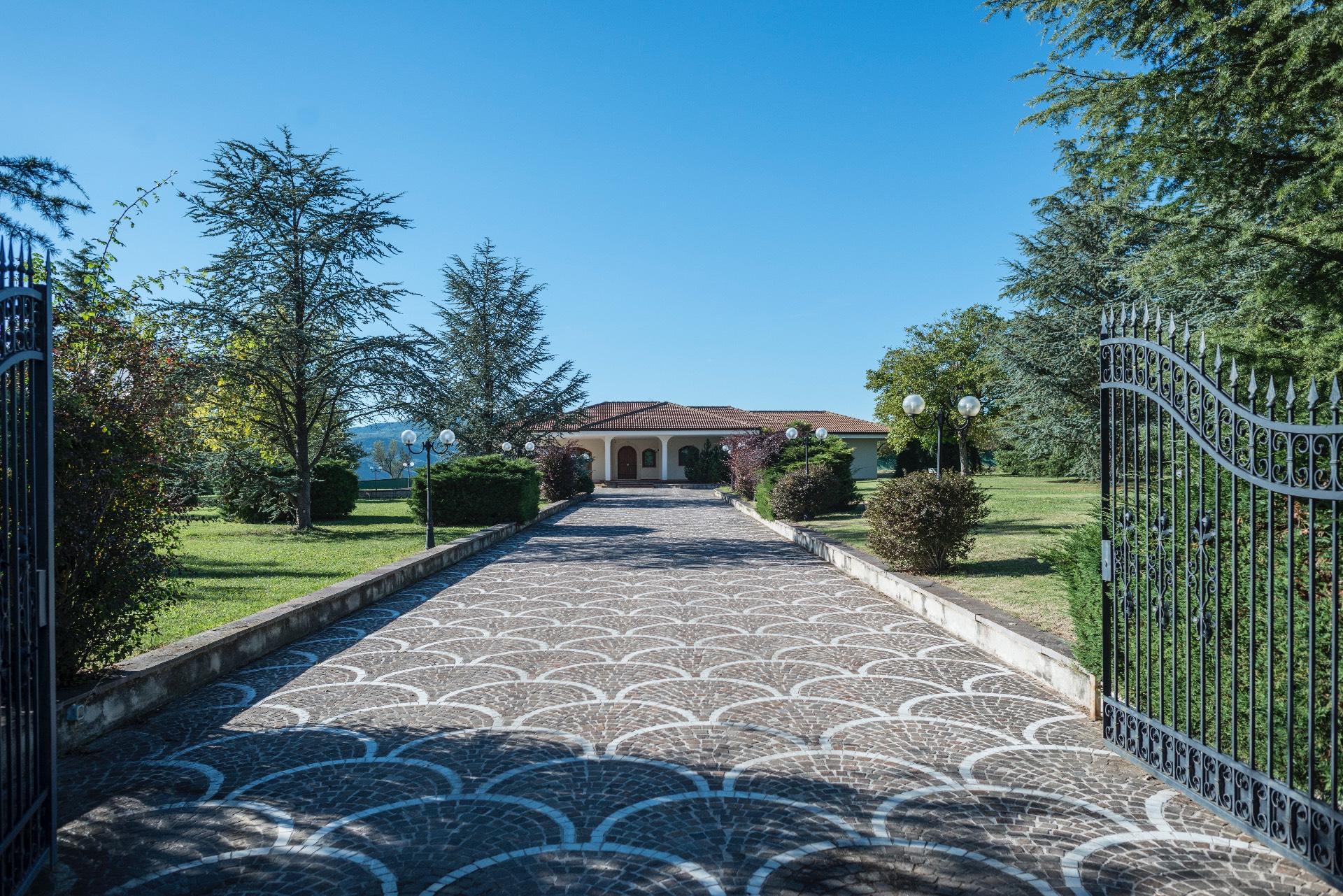 Villa in vendita a Avezzano, 8 locali, zona Zona: Antrosano, prezzo € 790.000 | CambioCasa.it