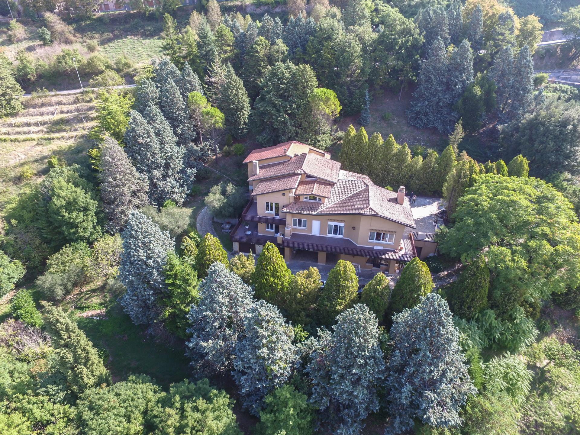 Villa in vendita a Fossato di Vico, 23 locali, prezzo € 980.000 | CambioCasa.it