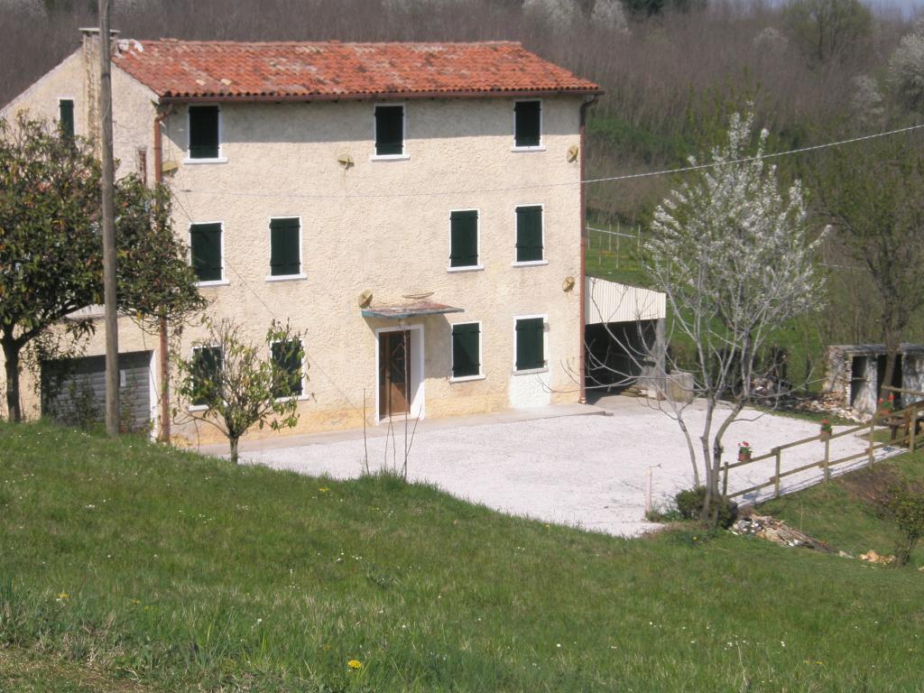 Rustico / Casale in vendita a Nervesa della Battaglia, 10 locali, prezzo € 125.000 | CambioCasa.it