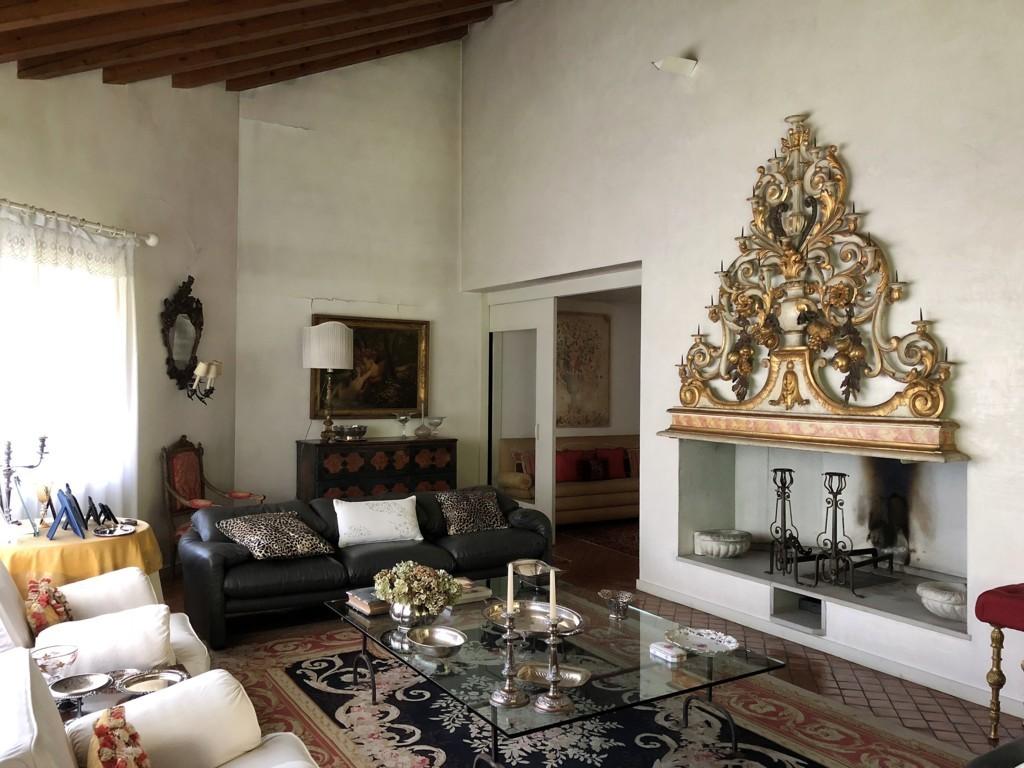 Rustico / Casale in vendita a Spresiano, 20 locali, zona Località: Centro, prezzo € 590.000   CambioCasa.it