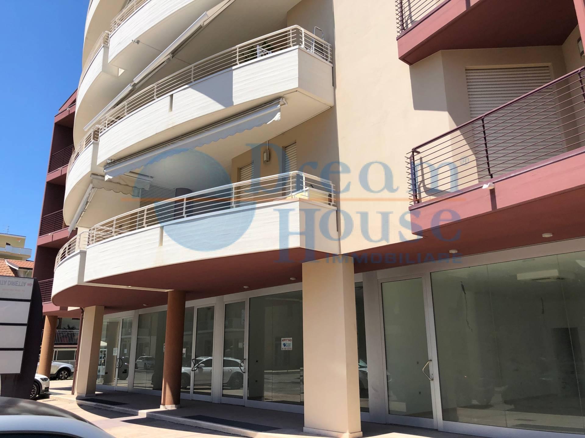 Negozio / Locale in affitto a Alba Adriatica, 9999 locali, zona Località: VillaFiore/Pinete, prezzo € 700   CambioCasa.it