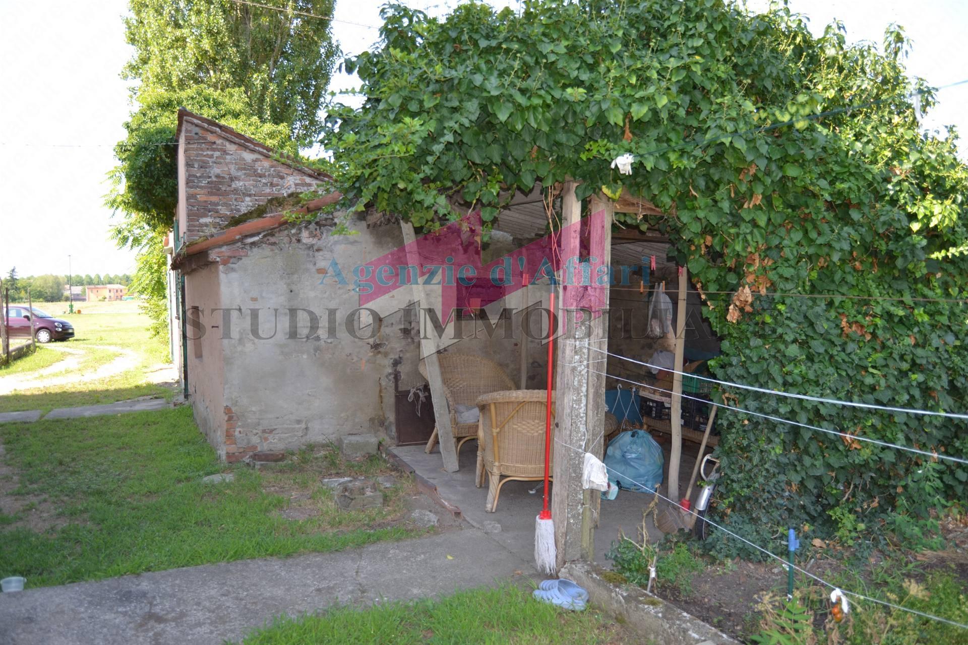 1680 c porzione di casa in vendita a castelnovo bariano for Piani di casa di log di storia singola