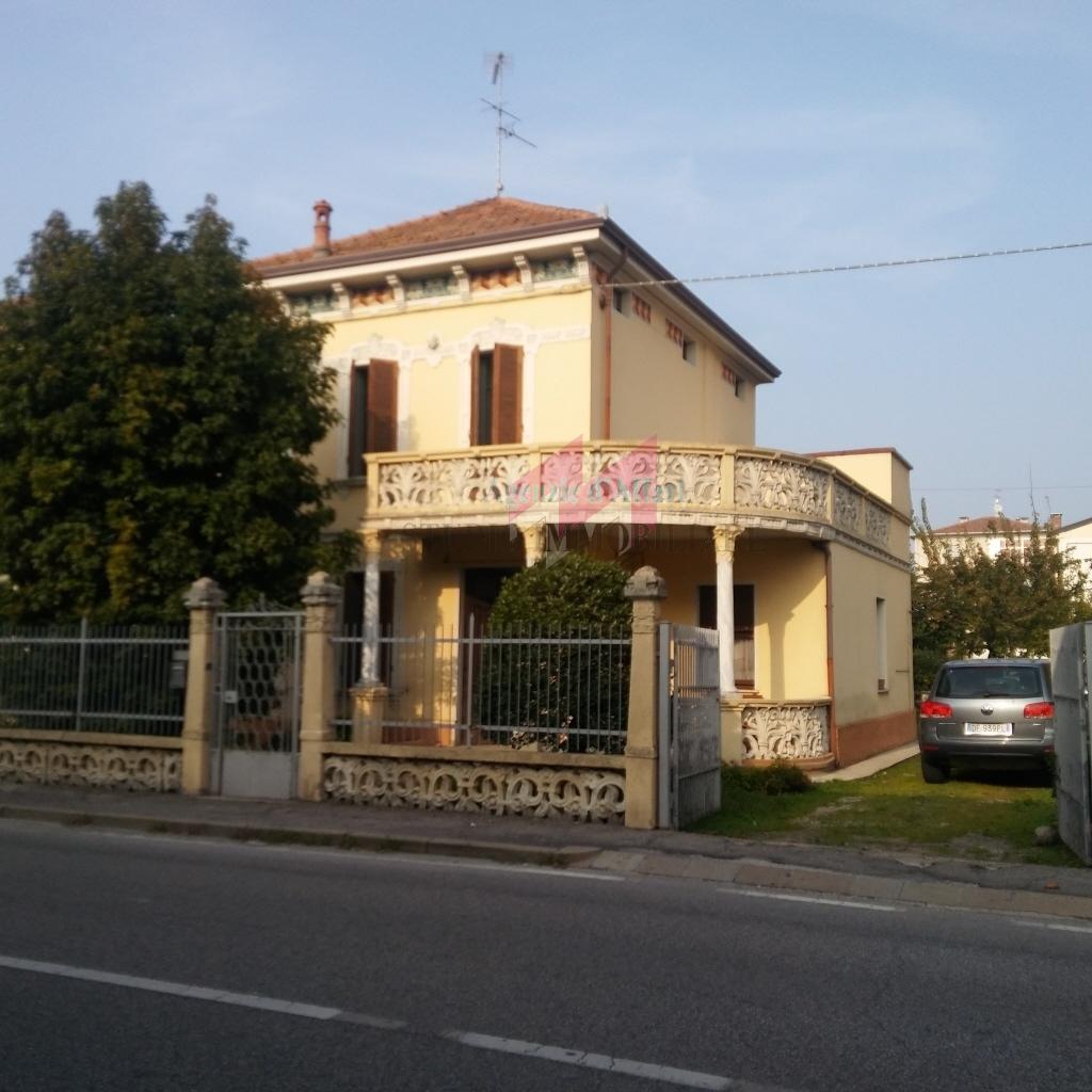 Soluzione Indipendente in vendita a Ostiglia, 9 locali, prezzo € 100.000 | PortaleAgenzieImmobiliari.it