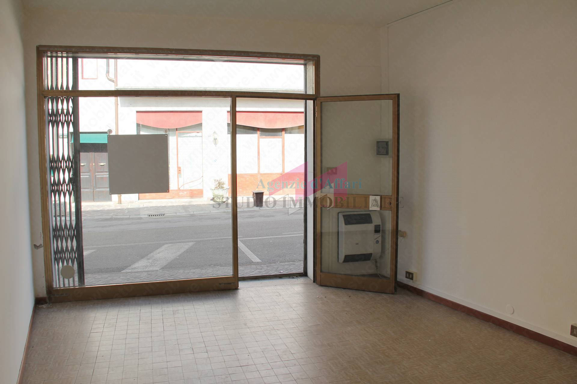 Locale commerciale in affitto a bergantino cod 3120 b for Affitto commerciale
