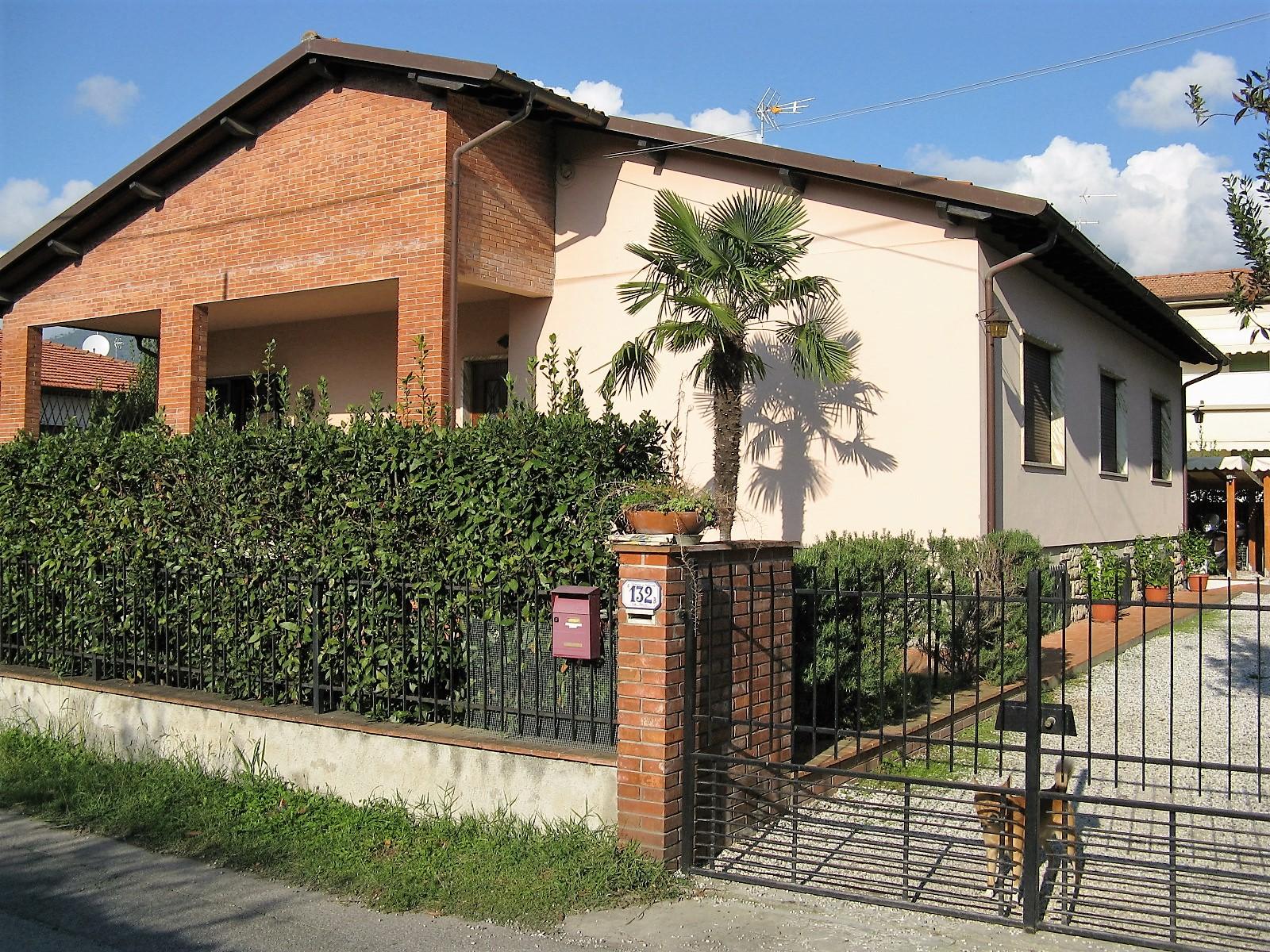 Villa in vendita a Seravezza, 12 locali, zona Zona: Querceta, Trattative riservate | Cambio Casa.it