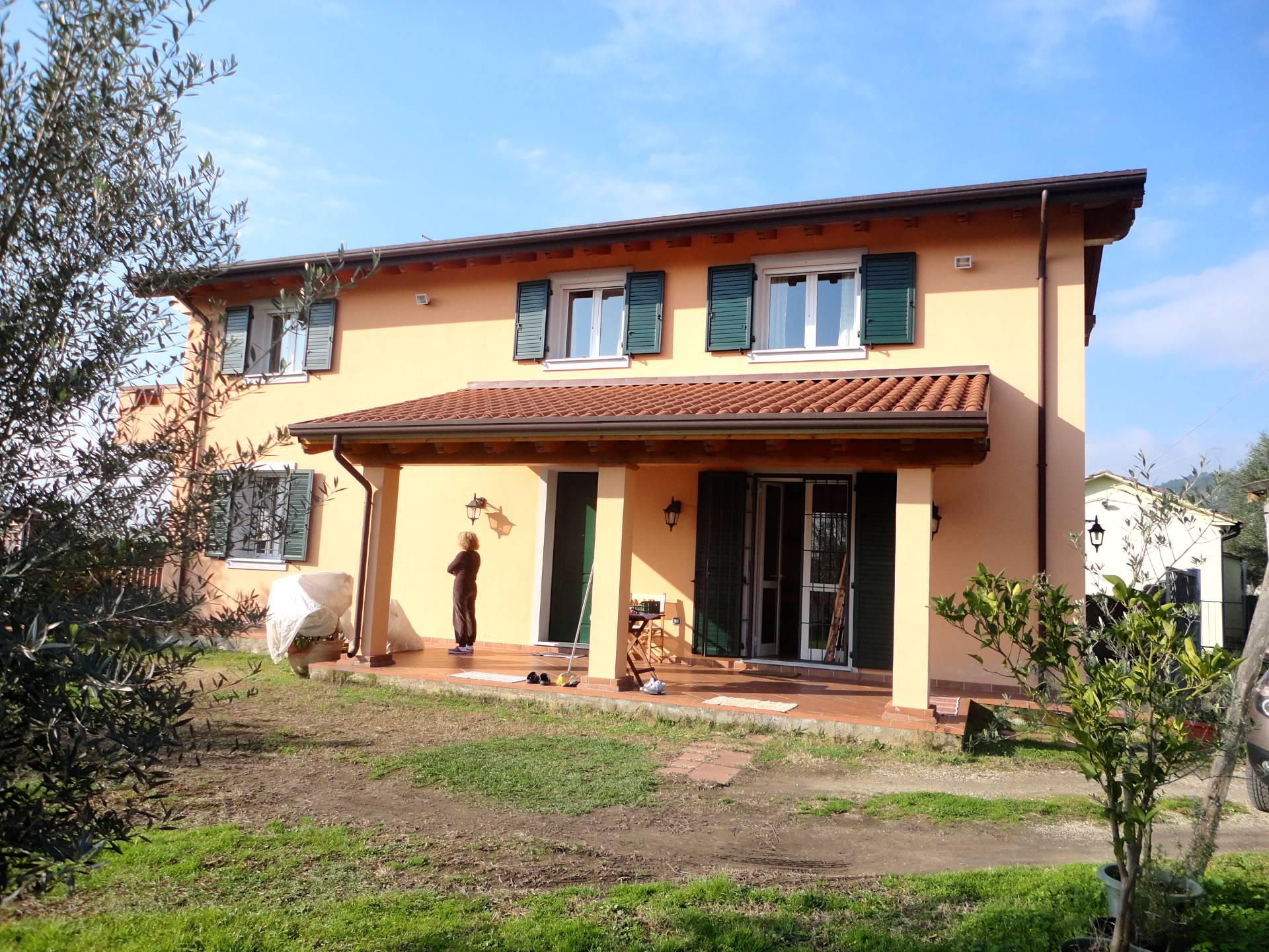 Villa in vendita a Seravezza, 4 locali, zona Zona: Querceta, prezzo € 500.000 | Cambio Casa.it