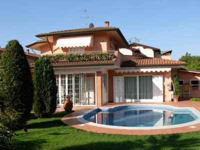 VILLA + PISCINA in Affitto stagionale a Pietrasanta