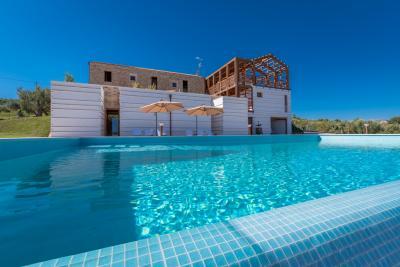 Casale Prestigioso con piscina in Vendita