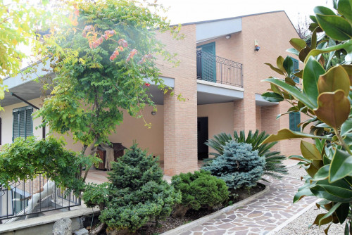 Villa con terrazzo e giardino in Vendita