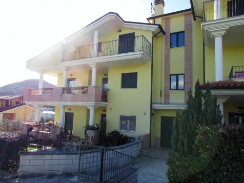 Appartamento piano terra con terrazzo e giardino in Vendita