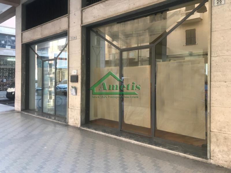 Negozio / Locale in affitto a Imperia, 9999 locali, zona Località: Onegliacentro, prezzo € 1.500 | CambioCasa.it