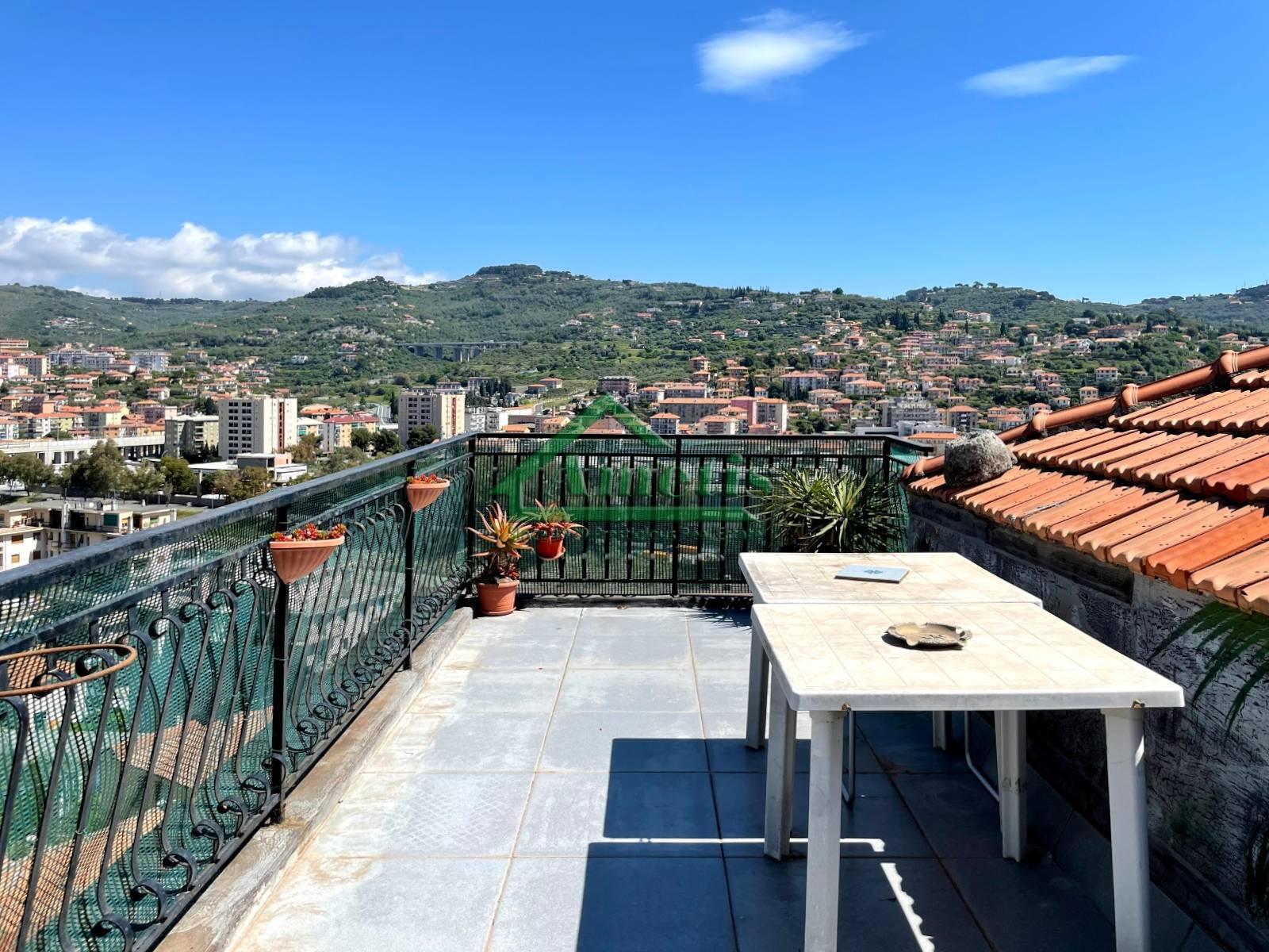 Appartamento in vendita a Imperia, 4 locali, zona Località: Onegliacentro, prezzo € 84.000 | CambioCasa.it