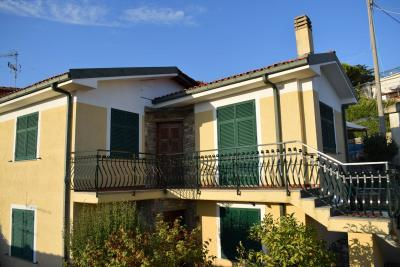 Single House for Sale to Diano San Pietro