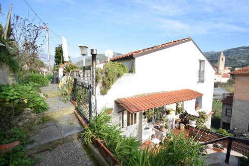 Single House for Sale to Diano Castello