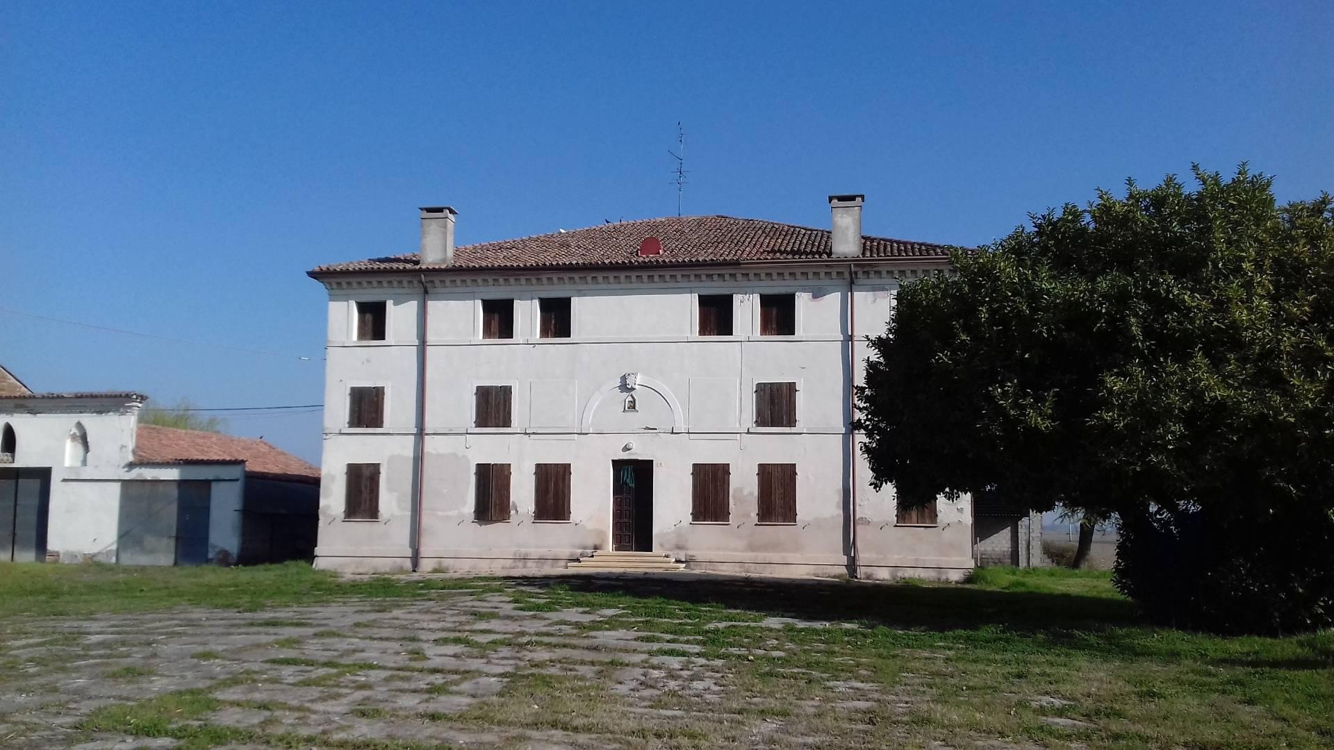 Villa in vendita a Frassinelle Polesine, 20 locali, prezzo € 120.000 | Cambio Casa.it