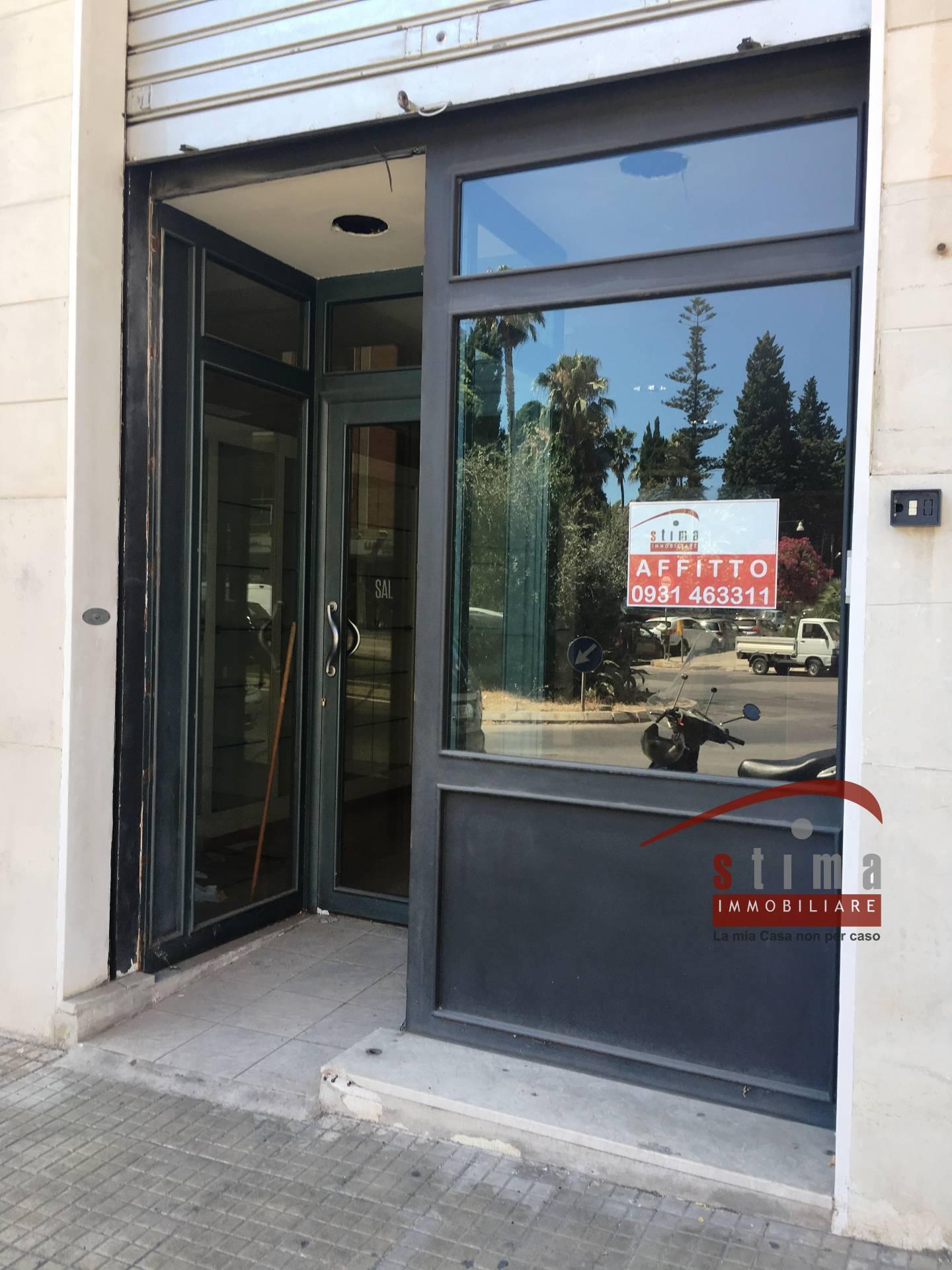 Negozio / Locale in affitto a Siracusa, 9999 locali, zona Località: Teocrito, prezzo € 700 | CambioCasa.it