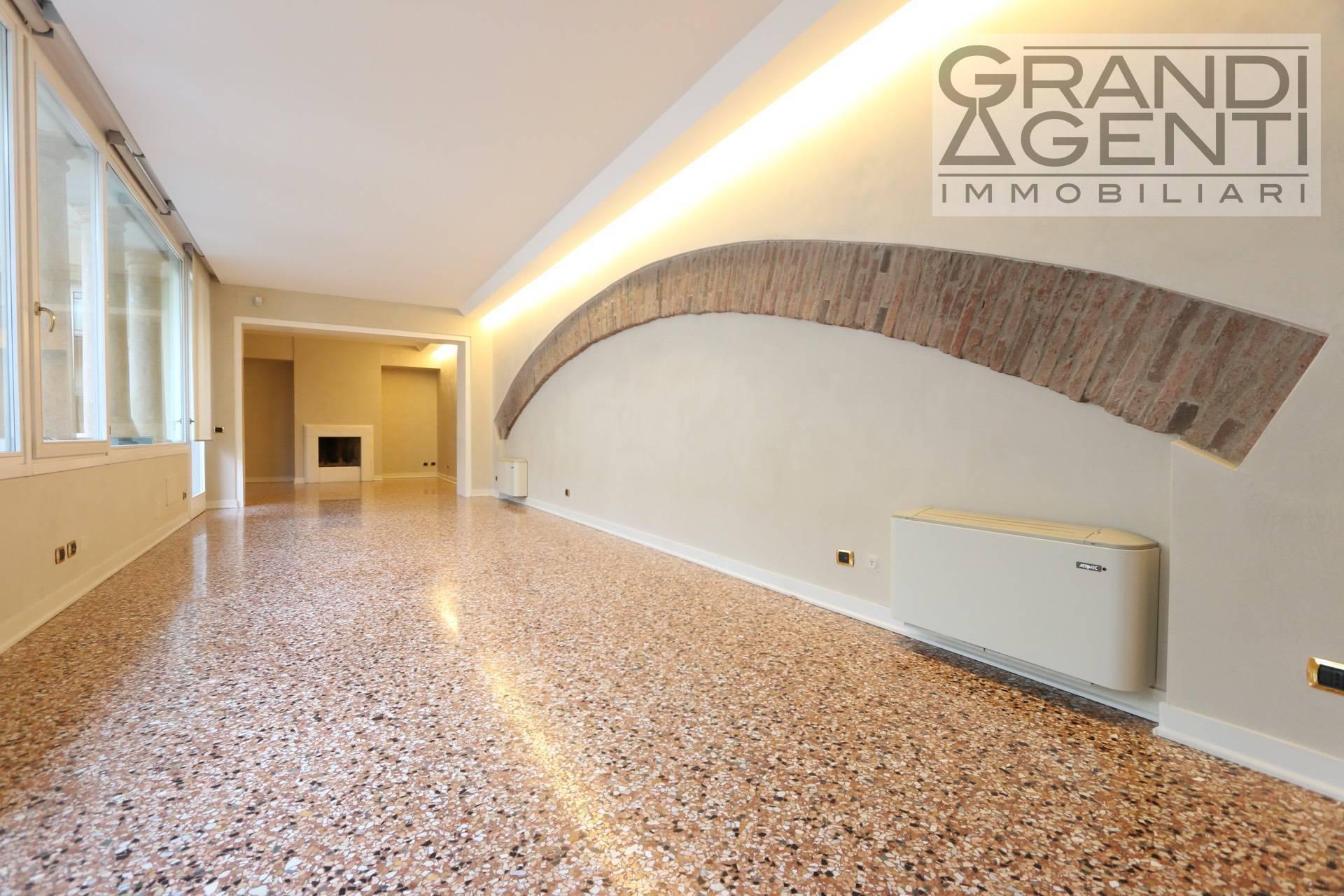 Appartamento in affitto a Verona, 7 locali, zona Località: Centrostorico, prezzo € 3.200   PortaleAgenzieImmobiliari.it