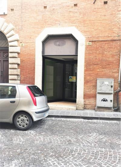 Locale commerciale in Affitto a Fabriano