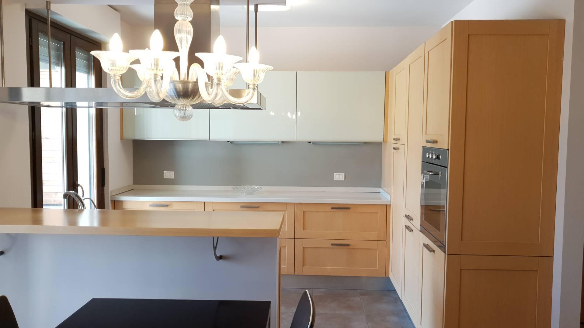 Appartamento in vendita a Porto Recanati, 5 locali, zona Località: Quartiereovestlimitrofaallacitt?, prezzo € 215.000 | CambioCasa.it
