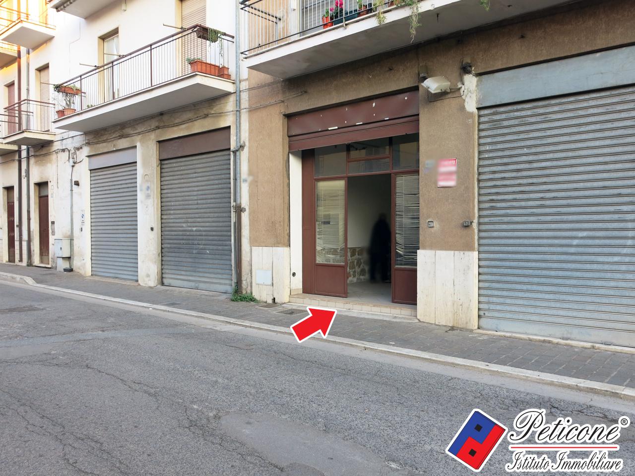 Negozio / Locale in affitto a Fondi, 9999 locali, zona Località: Carrera, prezzo € 1.000   CambioCasa.it