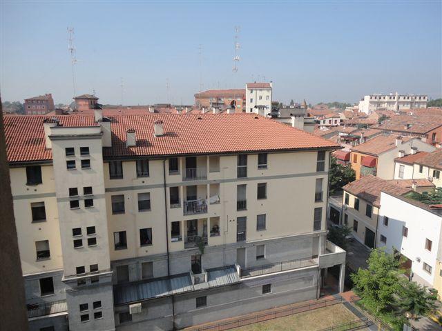 Appartamento in affitto a Ferrara, 5 locali, zona Località: Centrostorico, prezzo € 500 | Cambio Casa.it