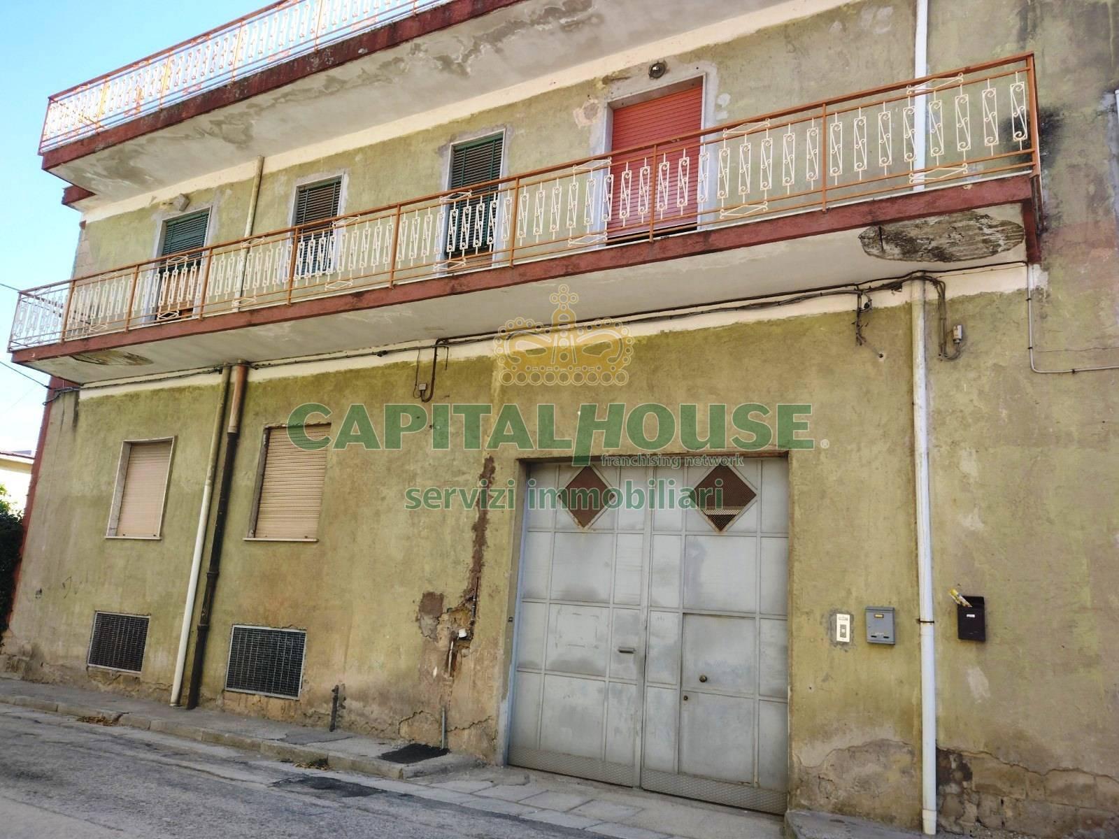 Palazzo / Stabile in vendita a Cimitile, 8 locali, prezzo € 195.000   CambioCasa.it