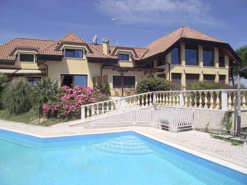 Villa in affitto a Misano Adriatico, 5 locali, zona Località: MISANOCAMILLUCCIA, prezzo € 25.000 | Cambio Casa.it