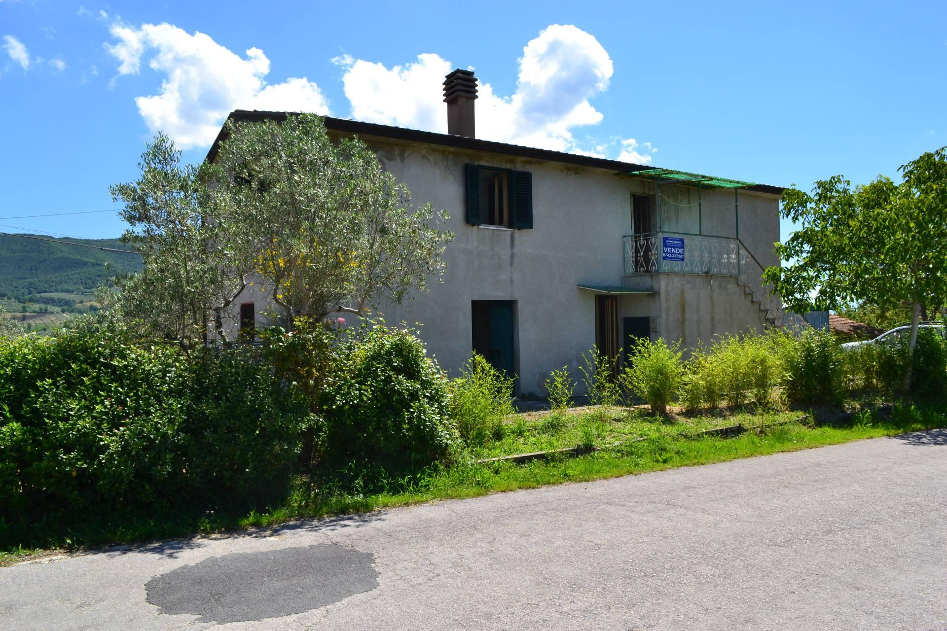 Soluzione Indipendente in vendita a Gualdo Cattaneo, 5 locali, zona Zona: Cerquiglino, prezzo € 69.000 | Cambio Casa.it
