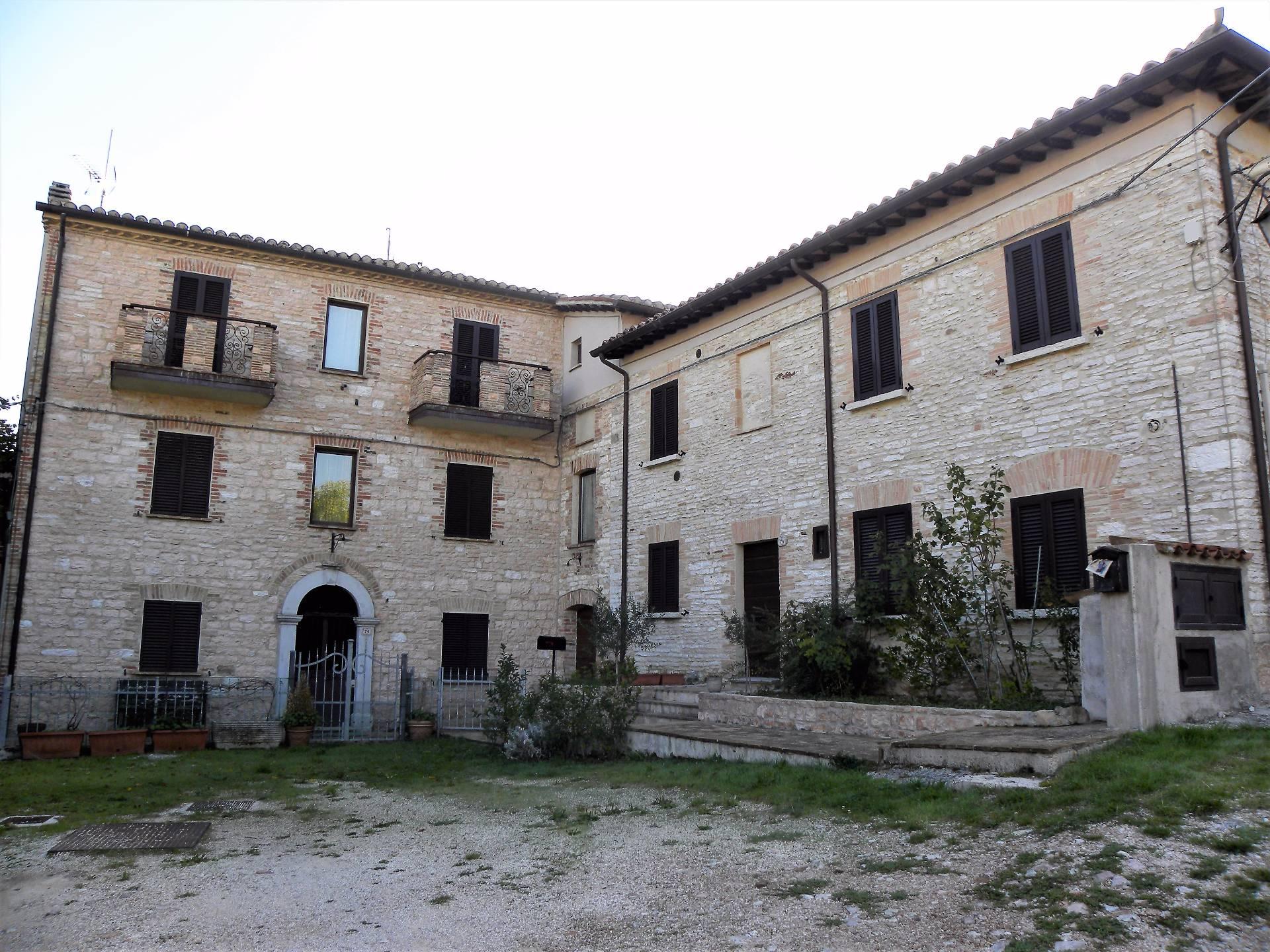 Appartamento in vendita a Fossato di Vico, 3 locali, prezzo € 65.000 | CambioCasa.it