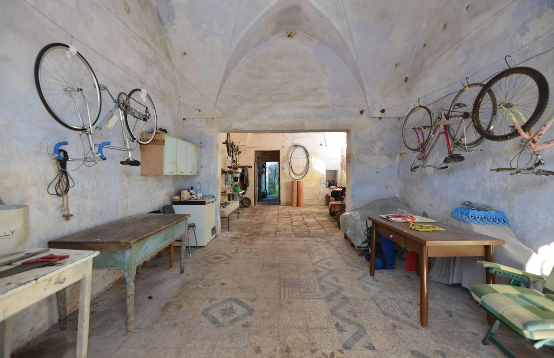 Magazzino in vendita a Giuggianello, 9999 locali, prezzo € 65.000 | CambioCasa.it