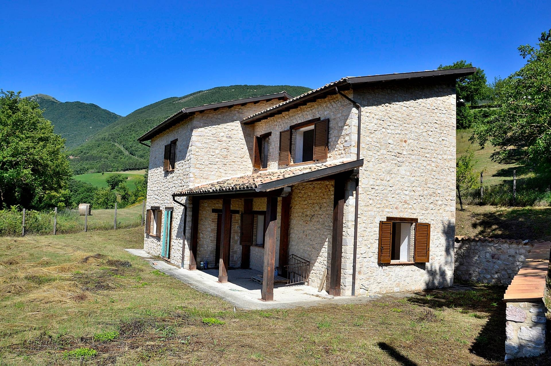 Rustico / Casale in vendita a Cerreto di Spoleto, 7 locali, zona Località: Collesoglio, prezzo € 169.000 | CambioCasa.it