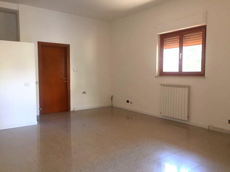 Negozio / Locale in vendita a Viterbo, 9999 locali, zona Zona: Semicentro, prezzo € 120.000   CambioCasa.it