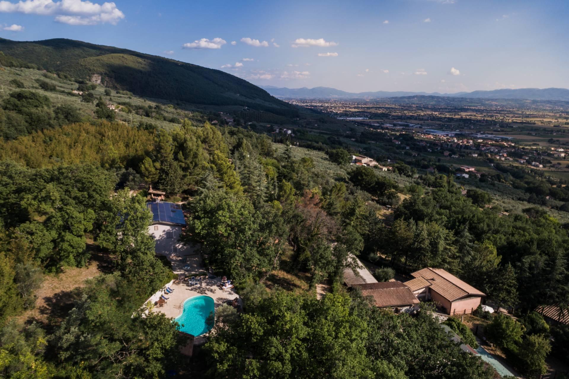 Agriturismo in vendita a Assisi, 9999 locali, zona Zona: Capodacqua, prezzo € 1.600.000   CambioCasa.it