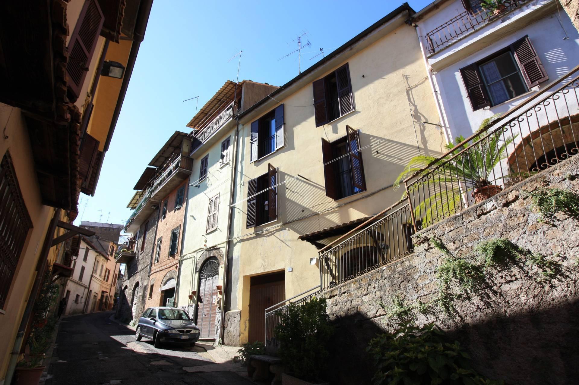 Appartamento in vendita a Ronciglione, 8 locali, zona Località: centrale, prezzo € 98.000   CambioCasa.it
